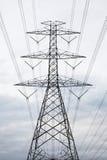 Poste de alto voltaje eléctrico de la potencia Foto de archivo libre de regalías