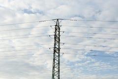Poste de alto voltaje eléctrico de la potencia Fotos de archivo