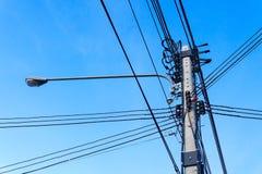 Poste de alto voltaje de la línea eléctrica imagen de archivo libre de regalías