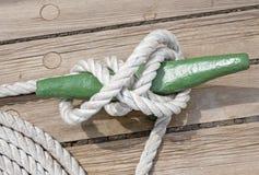 Poste de amarração com corda Imagens de Stock Royalty Free