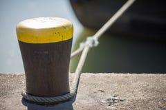 Poste de amarração com corda no porto Fotografia de Stock Royalty Free