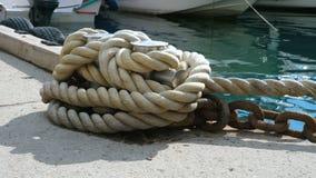 Poste de amarração com amarração e corrente do navio vídeos de arquivo