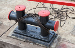 Poste de amarração da amarração com uma corda fixa Foto de Stock Royalty Free