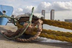 poste de amarração da amarração com cordas pesadas Imagens de Stock