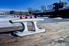 Poste de amarração da amarração do metal em um cais de madeira Imagem de Stock Royalty Free