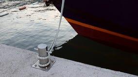 Poste de amarração do cais do nó do mar da trela Navio que balança em ondas do mar Parte inferior do navio no mar Bitt do cromo d vídeos de arquivo