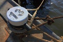 Poste de amarração e linhas com número 13 Foto de Stock