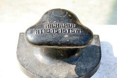 Poste de amarração no preto em um suporte branco Foto de Stock Royalty Free