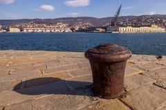 Poste de amarração oxidado do navio no dockside foto de stock