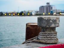 Poste de amarração para amarrar acima dos navios em Prachuap Khiri Khan, Tailândia Imagem de Stock