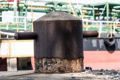 Poste de amarração vazio no porto fotografia de stock royalty free
