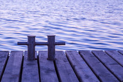Poste de amarração oxidado no cais de madeira Imagem de Stock