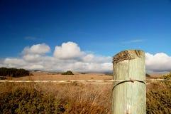 Poste de la cerca del borde de la carretera Fotos de archivo libres de regalías