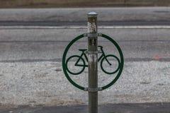 Poste de la cerradura de la bicicleta foto de archivo libre de regalías