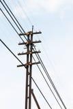 Poste de la electricidad en cielo Imagenes de archivo