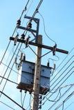 Poste de la electricidad en cielo azul Imagen de archivo libre de regalías