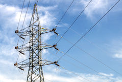 Poste de la electricidad en cielo azul Foto de archivo