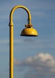 Poste de luz amarelo fotografia de stock