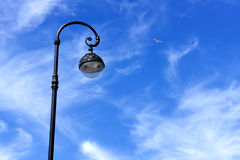 Poste de luz da rua contra o céu azul Foto de Stock Royalty Free