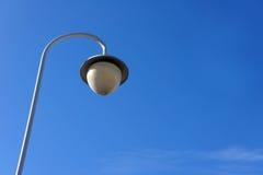 Poste de luz da rua contra o céu azul Fotos de Stock Royalty Free