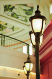 Poste de luz do vintage no shopping fotografia de stock