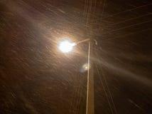 Poste de luz no close up da cidade em um blizzard fotografia de stock