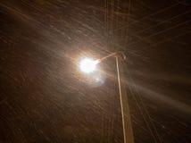 Poste de luz no close up da cidade em um blizzard fotos de stock royalty free