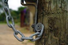 Poste de madera con el colgante de la cadena fotos de archivo libres de regalías