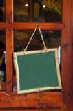 Poste de muestra colgante en blanco Fotografía de archivo libre de regalías