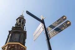 Poste de muestra con el chapitel occidental de la iglesia en Amsterdam Fotos de archivo