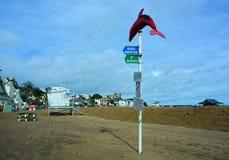 Poste de muestra con las reglas de la playa imagenes de archivo