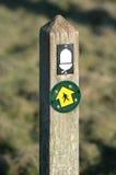 Poste de muestra del rastro de naturaleza Galés con la bellota Imágenes de archivo libres de regalías