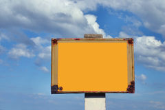Poste de muestra oxidado contra el cielo Foto de archivo libre de regalías