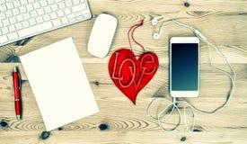 Poste de travail avec Valentine Heart rouge, stationnaire et bureau suppl. Photos stock