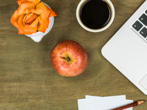 Poste de travail d'ordinateur avec Apple et une tasse de café noir Photographie stock
