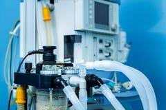Poste de travail de ventilateur d'anesthésie d'ICU dans la chambre de secours Photo stock