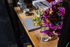 Poste de travail gratuit d'effort avec les fleurs et le thé photos stock