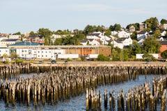 Poste di legno in porto di Portland Maine Immagine Stock