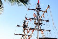 Poste e bandiere della nave di pirata Fotografie Stock Libere da Diritti