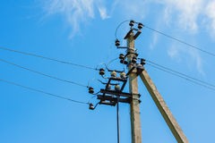 Poste eléctrico con los cables de la línea eléctrica Fotos de archivo