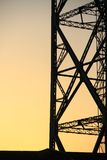 Poste eléctrico en la puesta del sol Imagen de archivo
