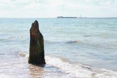Poste erosionado en la playa fotos de archivo libres de regalías