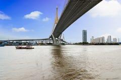 Poste estructura el puente en el río Fotografía de archivo