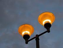 Poste Illuminating contra un cielo tempestuoso Foto de archivo