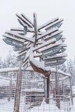 Poste indicador cerca de Rovaniemi en Laponia, Finlandia fotos de archivo
