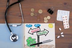 Poste indicador con el texto de la salud del alcohol Doctor& x27; escritorio de s con el cuaderno foto de archivo