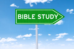Poste indicador con el texto del estudio de la biblia Imagen de archivo
