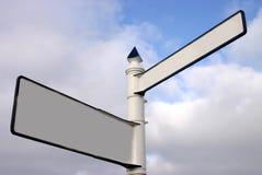 Poste indicador de dos vías en blanco Fotografía de archivo