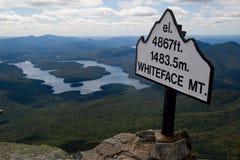Poste indicador de la altura de la montaña Fotografía de archivo libre de regalías