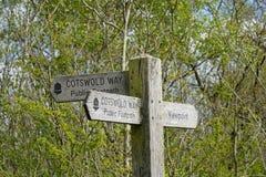 Poste indicador de la manera de Cotswold en la colina de Stinchcombe, Gloucestershire, Cotswolds foto de archivo libre de regalías